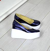 Женские кожаные туфли фиолетовые перламутр на белой танкетке