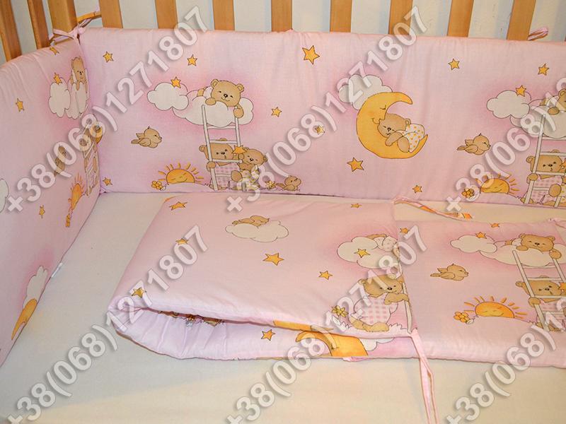 Бортики в детскую кроватку защита бампер Мишки на лесенке розовый