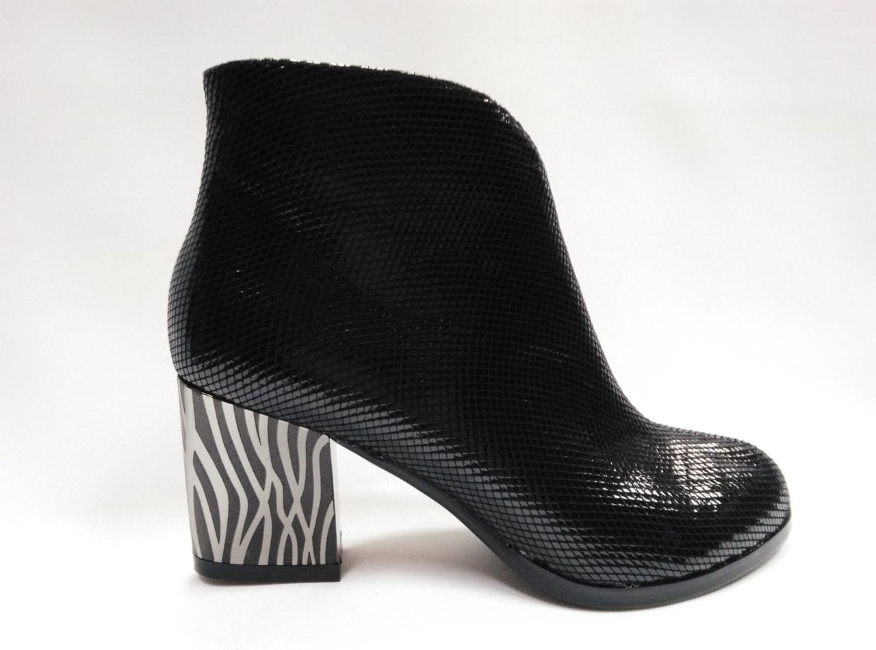 Черные кожаные  ботинки  на каблуке.