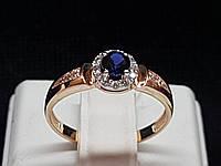 Золотое кольцо с синим корундом и фианитами. Артикул 700237-КСФ