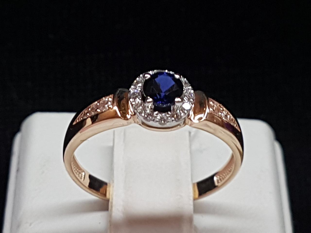Золоте кільце з синім корундом і фіанітами. Артикул 700237-КСФ 16