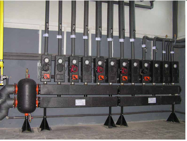 Для чего предназначены гидравлические стрелки Гидравлические стрелки очень часто используются при монтаже твердотопливных котлов,особенно когда в системе отопления 2 или3 котла, например твердотопливный котел и газовый, или электрический и твердотопливный котел и т.д Гидравлическая стрелка  представляют собой устройство, которое обеспечивает функциональную и эффективную работу отопительной системы дома. Как правило, современная отопительная система включает в себя большой объем нагревательных приборов и установок. Для комфортного существования требуются не только горячие радиаторы отопления, но и подогрев пола, горячая вода в кранах, теплый воздух вентиляционной системы и тому подобное. Обычно отопительная система состоит из одного и более котлов, но являясь единым источником подачи теплоносителя, это неизбежно приводит к проблемам с бесперебойным функционированием всех отопительных подсистем. Гидравлические стрелки берут на себя разделение отопительной системы на несколько греющих контуров, что обеспечивает полную независимость этих контуров, в результате чего все приборы горячего водоснабжения и отопления будут получать требуемую мощность. Однако, гидравлические стрелки не только обеспечивают разделение котельного и греющего контуров, но еще и удаляют воздух из системы, а также задерживают шлам, который неизбежно образуется в теплоносителе. Гидрострелки создают из низкоуглеродистой стали в виде цилиндрического резервуара с четырьмя главными патрубками, предназначенными для впуска и выпуска теплоносителя, а также с верхним патрубком для подключения клапана, выпускающего скапливающийся воздух. Внизу резервуара есть несколько перегородок, задерживающих и собирающих шлам, для выхода которого предусмотрен нижний патрубок. К нему подключается спускной клапан, и устройство освобождается от загрязнений. Роль гидравлических стрелок делает всю работу системы отопления стабильной. Система отопления разделяется данным устройством на котельный контур и греющий, состоящий из по