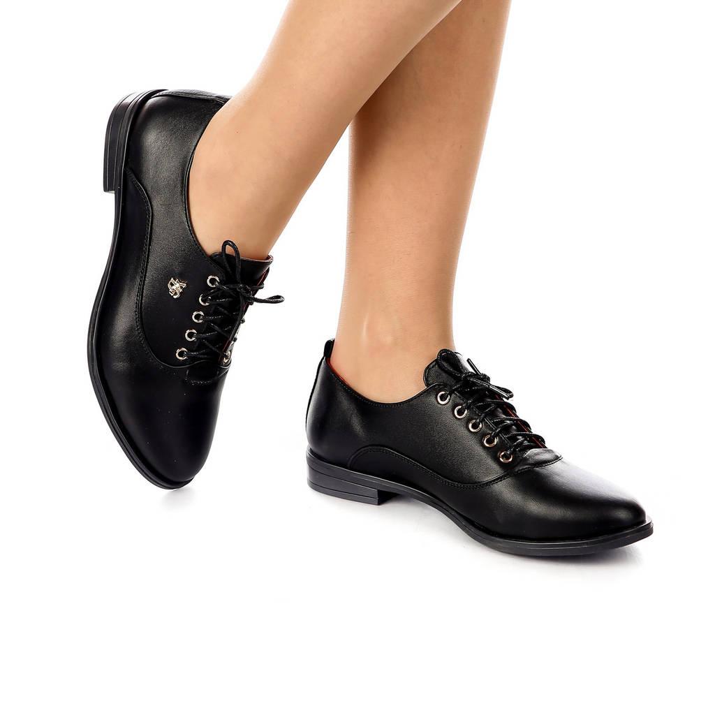 Туфли женские закрытые на низком каблуке и шнуровке чёрные из натуральной кожи