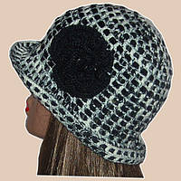 Вязаная женская шляпка черно-белого цвета c элементами кожи