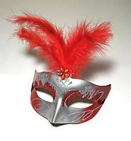 Венецианская маска с перьями красного цвета