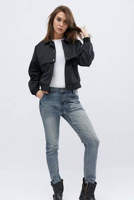 Короткая куртка с принтованой нашивкой на спине