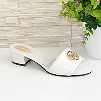 Кожаные женские шлепанцы белого цвета на устойчивом каблуке, декорированы фурнитурой. 37 размер.