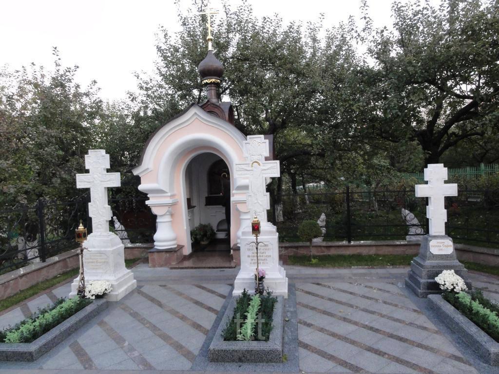 Мраморные кресты в храме № 4