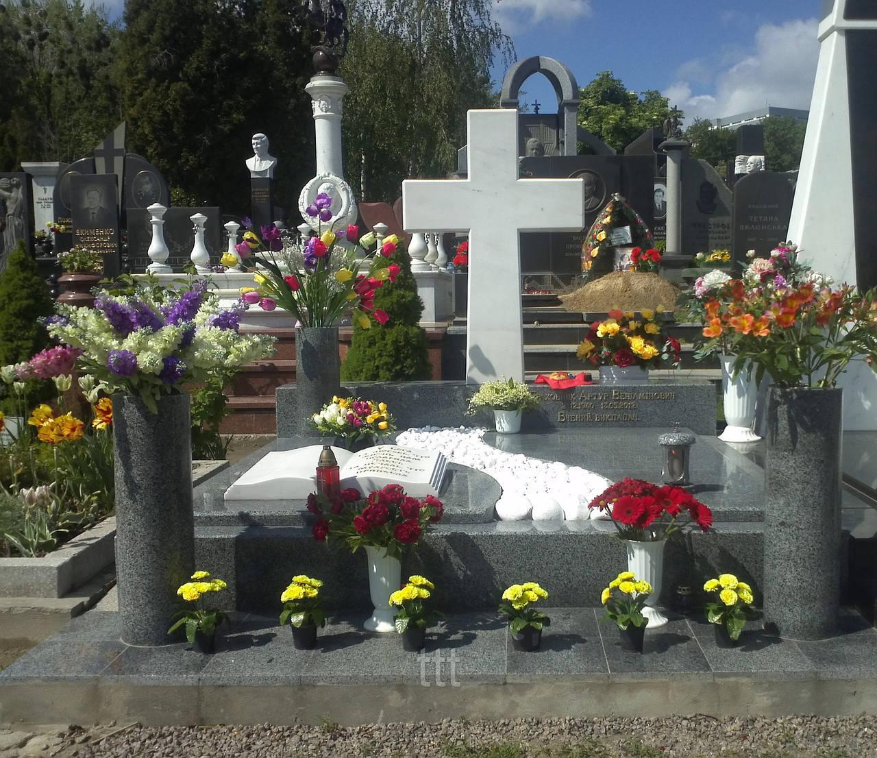 Крест из белого мрамора на могилу № 9
