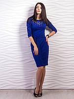 Красивое платье электрик модного фасона футляр и рукавом три четверти