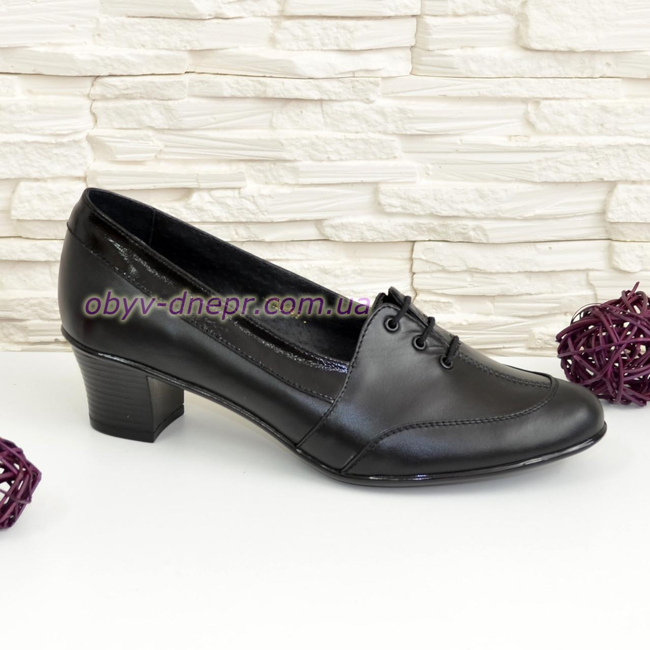 Женские кожаные туфли на невысоком каблуке, декорированы шнуровкой.