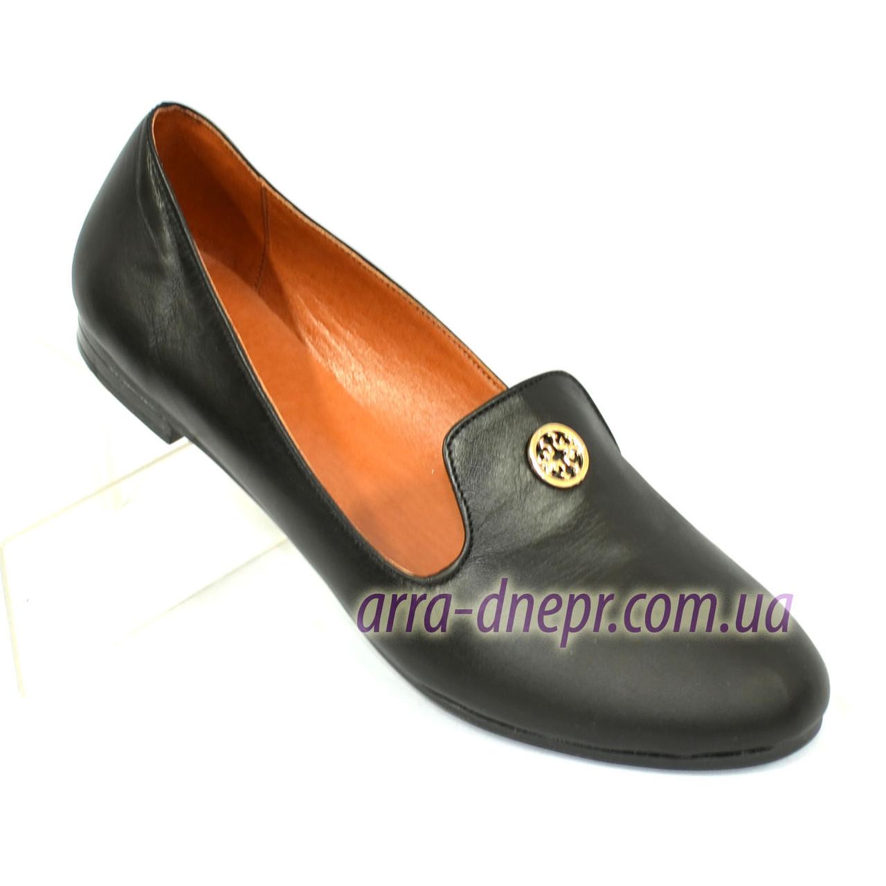 Женские черные кожаные туфли-балетки, декорированы фурнитурой.