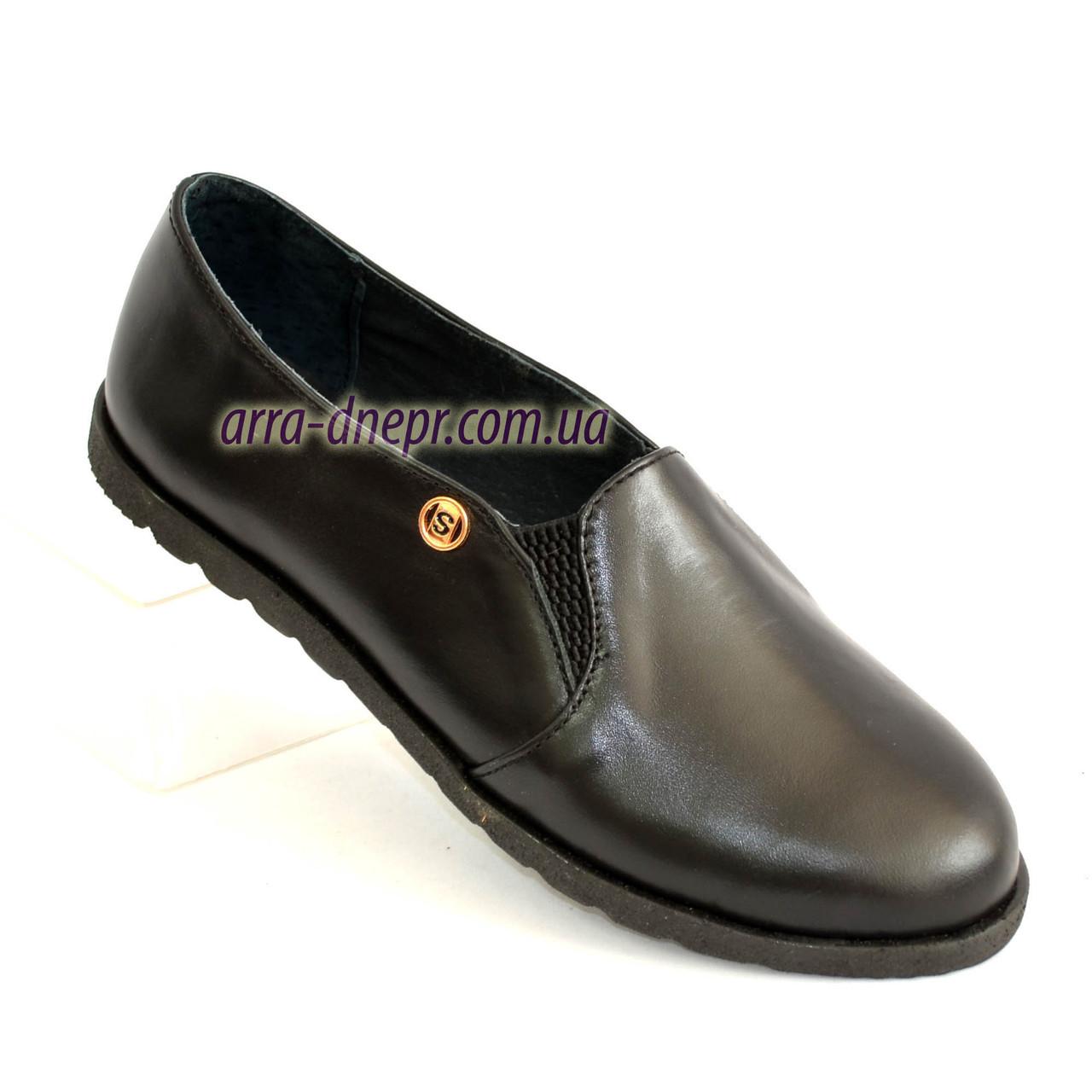 Женские черные кожаные туфли, декорированы фурнитурой.