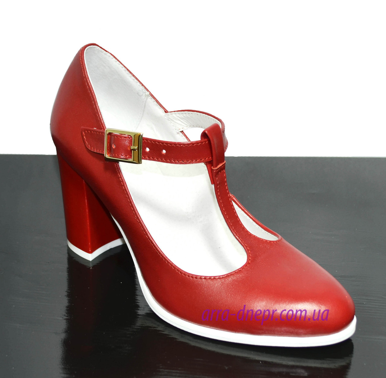 Женские классические красные кожаные туфли на высоком каблуке.