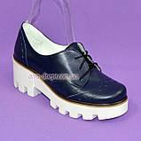 Женские туфли на шнуровке из натуральной кожи синего цвета, белая платформа, фото 2