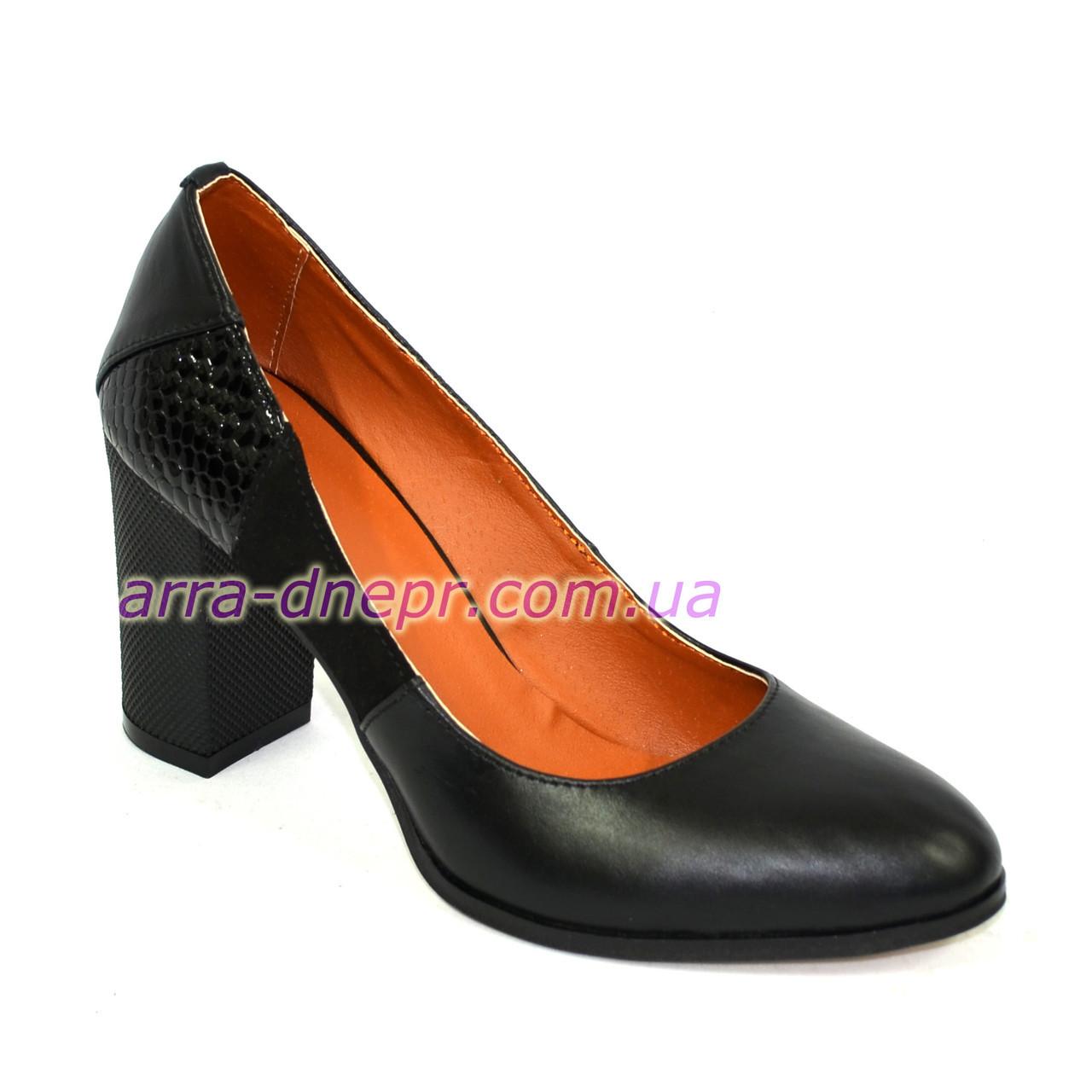 """Женские кожаные классические туфли на устойчивом каблуке, со вставками замши и лаковой кожи """"питон"""""""