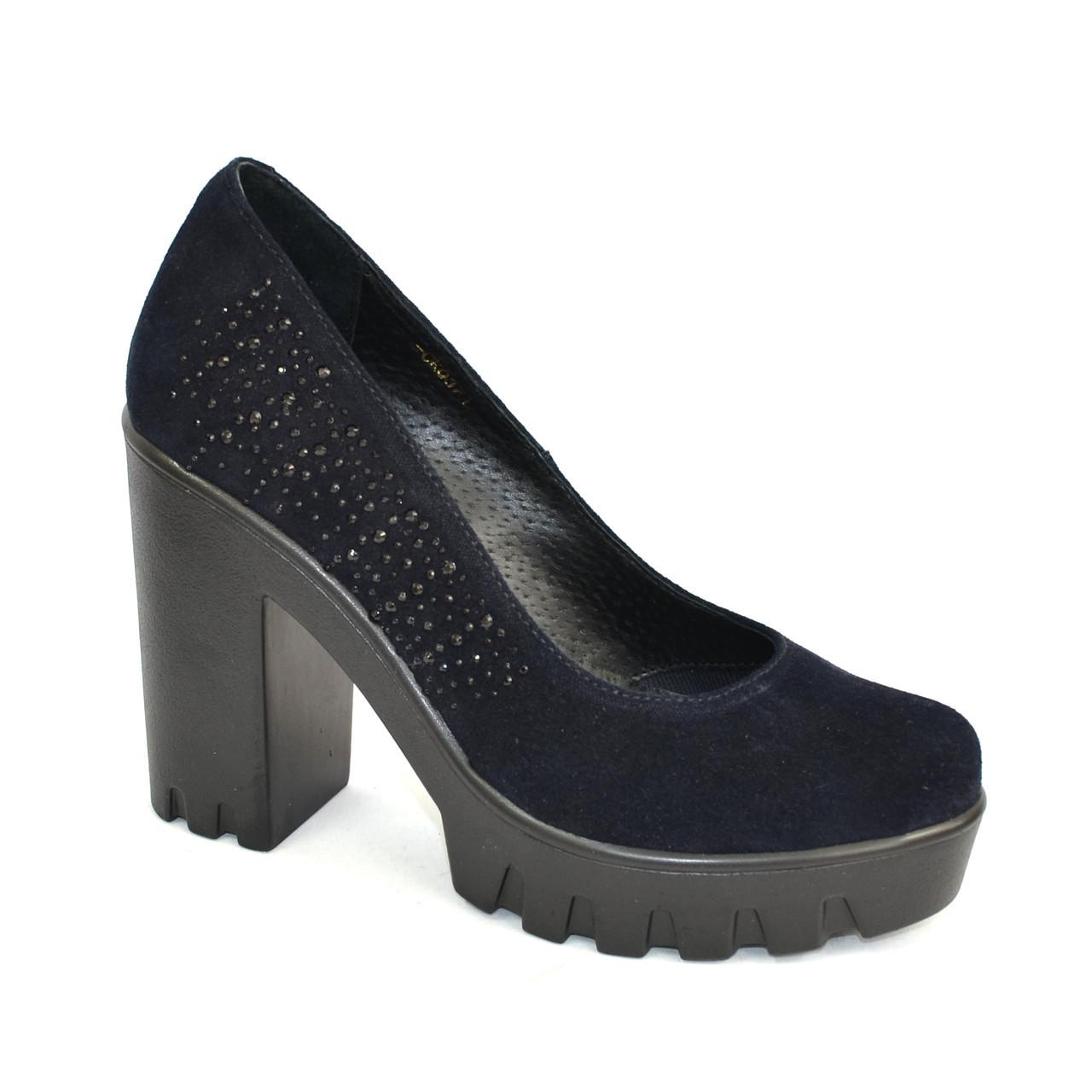 Женские синие замшевые туфли на высоком каблуке, декорированы стразами