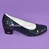 Женские лаковые синие туфли на невысоком каблуке классического пошива., фото 2