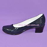 Женские лаковые синие туфли на невысоком каблуке классического пошива., фото 3