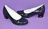 Женские лаковые синие туфли на невысоком каблуке классического пошива., фото 4