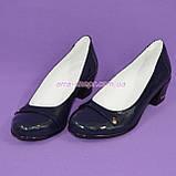 Женские лаковые синие туфли на невысоком каблуке классического пошива., фото 5