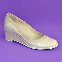 Женские классические бежевые туфли на невысокой устойчивой платформе, натуральные лак и кожа