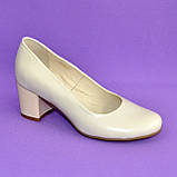 Женские бежевые кожаные туфли на невысоком устойчивом каблуке, фото 5