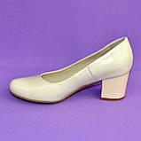 Женские бежевые кожаные туфли на невысоком устойчивом каблуке, фото 6