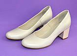 Женские бежевые кожаные туфли на невысоком устойчивом каблуке, фото 7