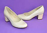 Женские бежевые кожаные туфли на невысоком устойчивом каблуке, фото 8
