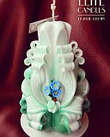 Резная свеча украшенная цветами из полимерной глины