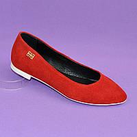 Женские замшевые туфли-балетки с заостренным носком, красный цвет.