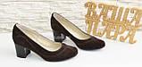 Женские классические коричневые замшевые туфли на невысоком устойчивом каблуке, фото 2