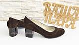 Женские классические коричневые замшевые туфли на невысоком устойчивом каблуке, фото 3