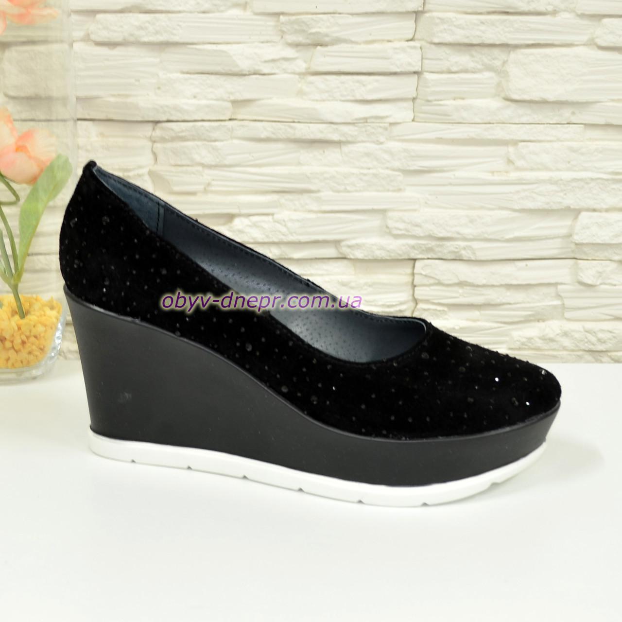 """Туфли женские черные замшевые на платформе, декорированы камнями. ТМ """"Maestro"""""""