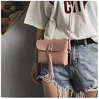 Красивая маленькая кожаная женская сумка сумочка клатч кошелек с кисточками длинным ремнем розовая пудра