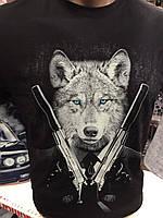 Футболка мужская бардовая со светящимся рисунком волк с волком и пистолетам