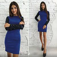 Приталенное платье с кожаными рукавами