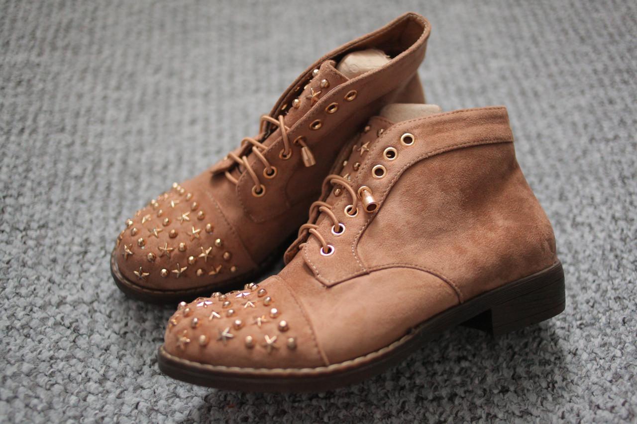 Женские ботинки ковбойки замшевые с шипами бежевые 36-41