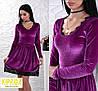 Короткое приталенное бархатное платье с кружевной отделкой