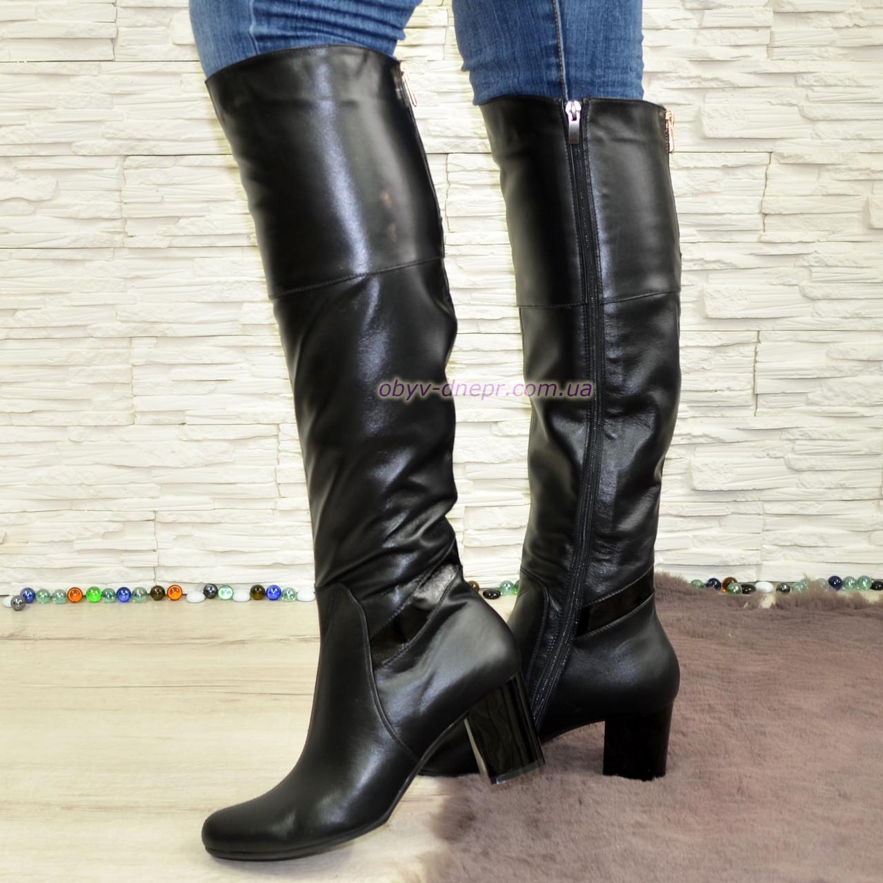 Ботфорты черные кожаные зимние на устойчивом каблуке, декорированы лаковой вставкой