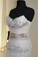 Роскошное платье с длинной атласной юбкой и изящным верхом