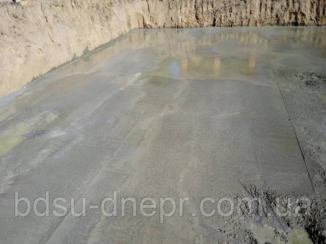 Фотография бетонной подготовки в котловане