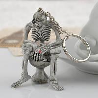 Брелок для ключей Скелет на унитазе на унитазе с сигаретой