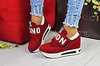 Женские кроссовки на танкетке красные