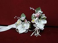 Свадебные бутоньерки для свидетелей (бутоньерка и цветочный браслет) из орхидей айвори с пудровым