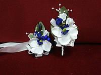 Свадебные бутоньерки для свидетелей (бутоньерка и цветочный браслет) из орхидей белые с синим