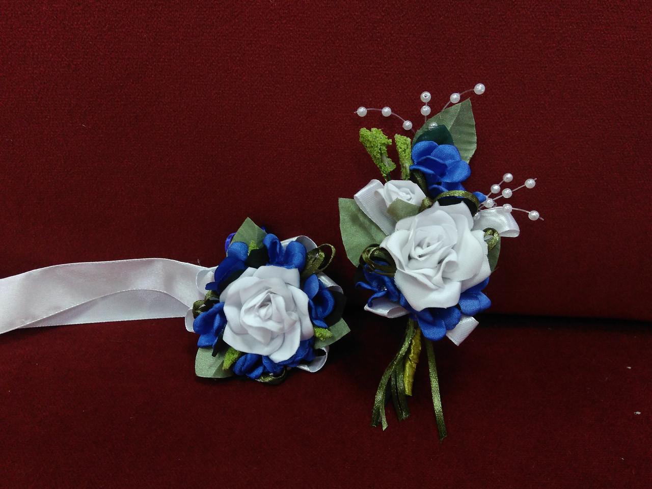 Свадебные бутоньерки из королевского атласа белые с синим