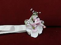 Бутоньерка на руку из орхидеи белая с розовым (цветочный браслет)