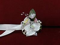 Бутоньерка на руку из орхидеи айвори с пудровым (цветочный браслет)